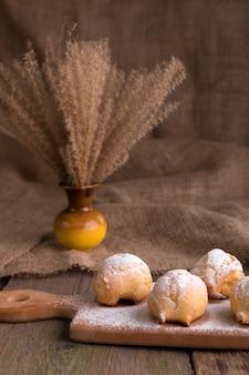 Profiteroles au sucre en poudre