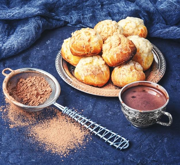 Profiteroles et chocolat chaud