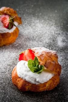 Profiteroles à la crème fouettée, fraises et menthe