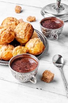 Profiteroles dessert et chocolat chaud