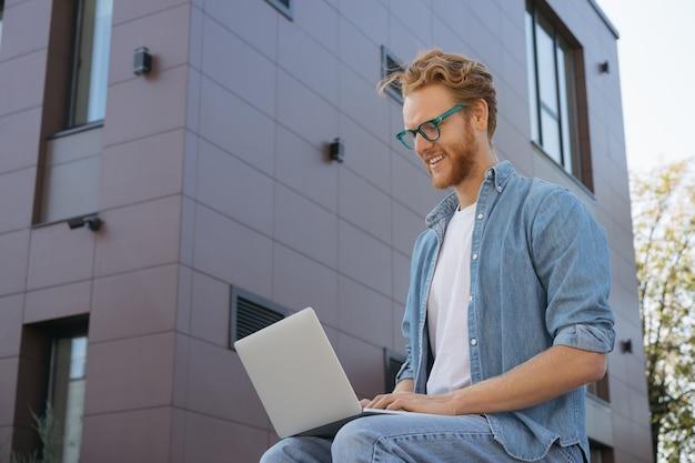 Programmation d'un spécialiste informatique à l'aide d'un ordinateur portable travaillant à domicile