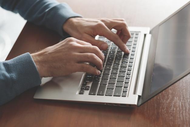 Programmeur au travail. création d'applications. homme codant sur l'ordinateur portable. développeur de logiciels. sphère informatique.