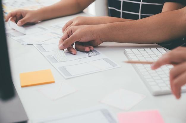 Programmeur et concepteur ux ui travaillant dans le développement de logiciels et les technologies de codage. technologie de développement de conception et de programmation de mobiles et de sites web.