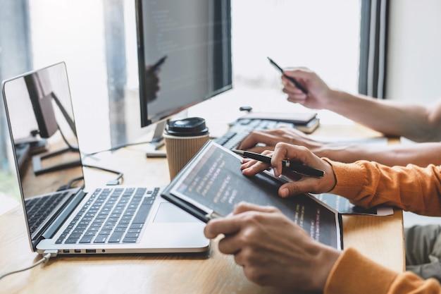 Programmeur coopérant pour travailler sur un projet de site web dans un logiciel développé sur un ordinateur de bureau