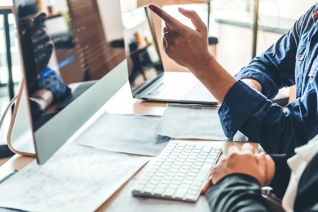 Programmeur en développement développement d'équipe conception de sites web et technologies de codage travaillant dans les bureaux d'une société de logiciels