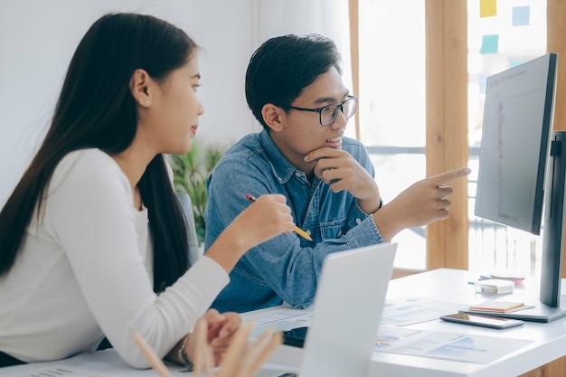 Programmeur développeur conception d'équipe et technologies de codage travaillant dans le bureau de l'entreprise de logiciels