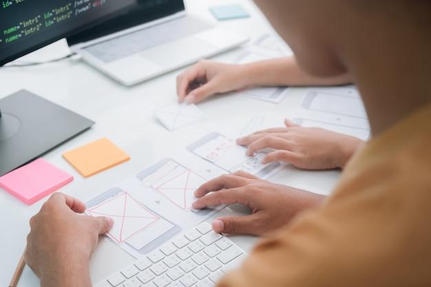 Programmeur et ux ui designer travaillant dans un développement logiciel et des technologies de codage. technologie de développement de conception et de programmation app.