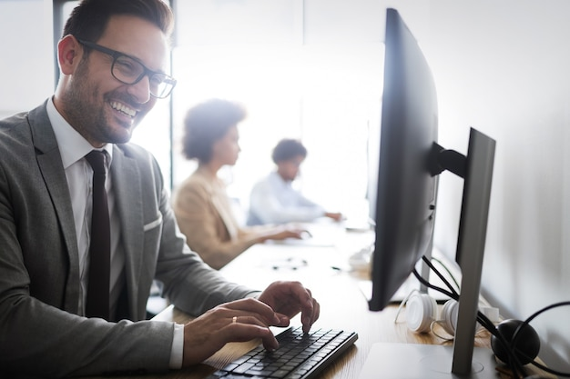 Programmeurs coopérant dans une entreprise informatique moderne développant des applications