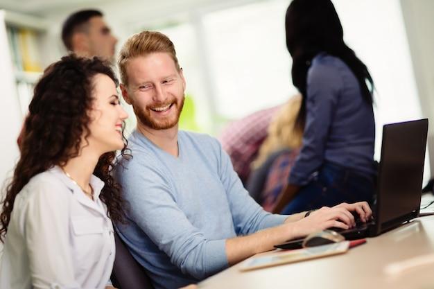 Programmeurs coopérant dans une entreprise de technologie de l'information
