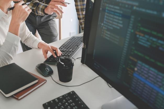 Programmeurs développant des codes sur leurs ordinateurs