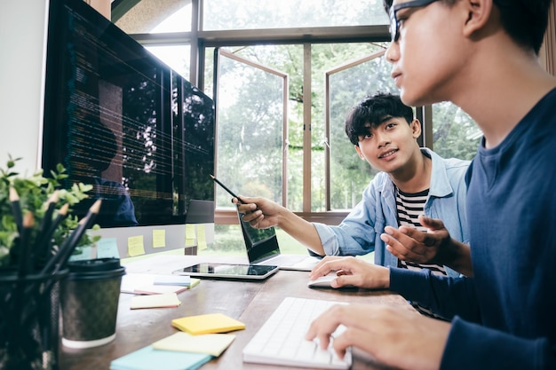 Les programmeurs et les équipes de développeurs codent et développent des logiciels