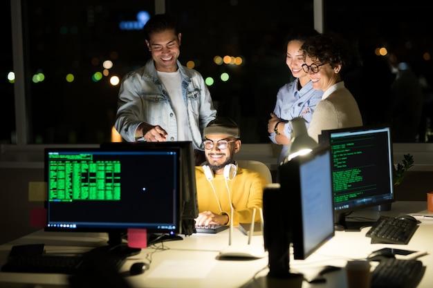 Programmeurs informatiques finissant le projet une nuit