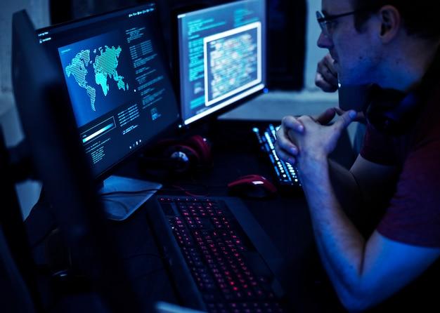 Programmeurs travaillant sur un programme informatique