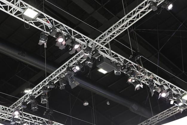 Projecteur au plafond d'une salle
