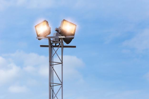 Projecteur extérieur à led, spot allumé au poste haut pour la sécurité au sol du parc de grande surface