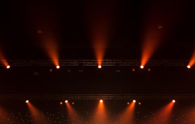 Projecteur de scène avec rayons laser. concert éclairage de fond