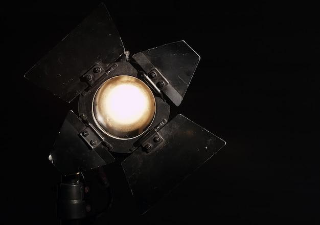 Projecteur de studio sur fond noir