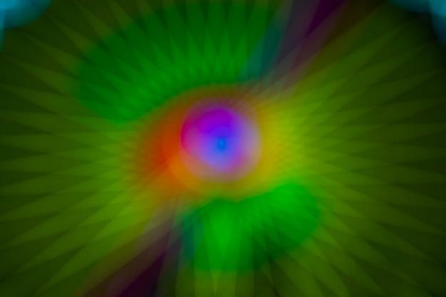 Projecteurs défocalisés scintillants sur fond abstrait néon