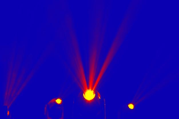 Les projecteurs pour éclairer brillent dans le bleu. programme de spectacle de lumière