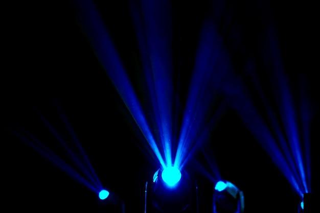Les projecteurs pour éclairer brillent dans le noir. équipement pour programmes de spectacles