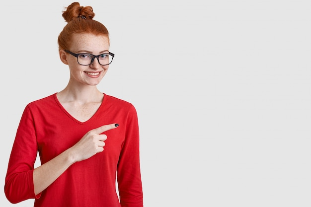 Projectile studio, de, gai, femme, à, cheveux roux, chignon
