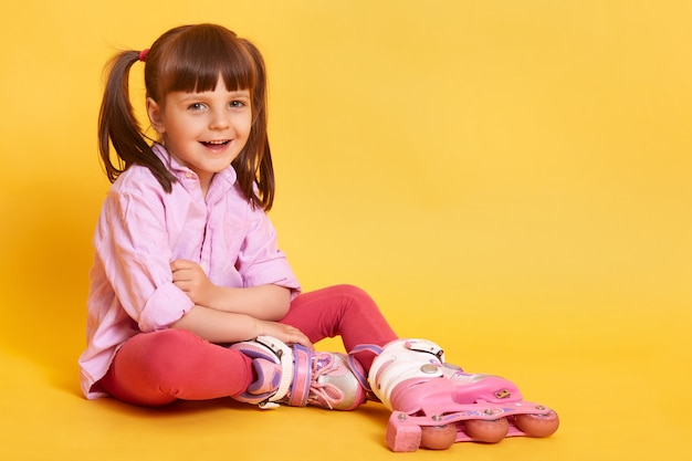 Projectile studio, de, heureux, girl souriante, reposer plancher