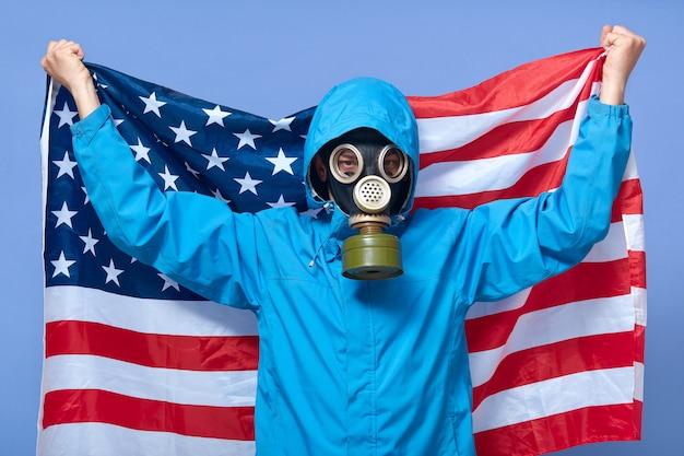 Projectile studio, de, homme, écologiste, tenue, drapeau usa, derrière, lui