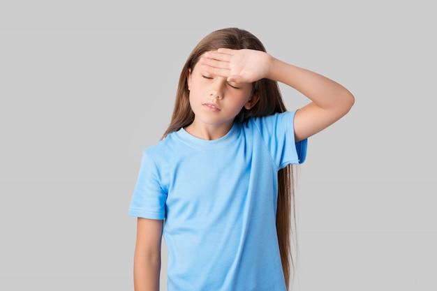Projectile studio, de, a, mignon, petite fille, dans, a, t-shirt bleu, essuyer, sueur, sur, front