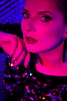 Projectile studio, néon, gros plan, portrait, de, jeune femme