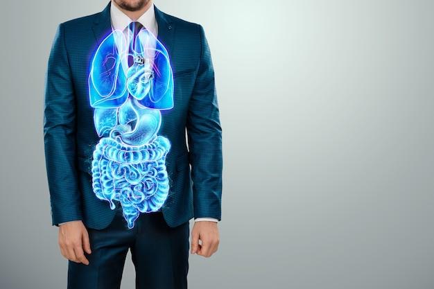 Une projection holographique d'un scan d'organes internes humains à l'intérieur. corps d'un homme en costume. le