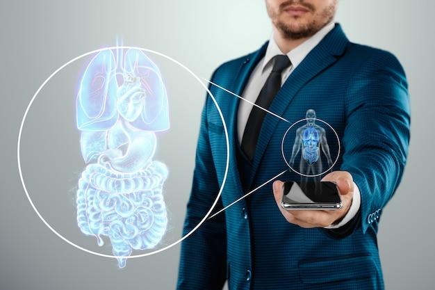 Projection holographique de scannin. organes internes d'une personne, radiographie dans le téléphone. le