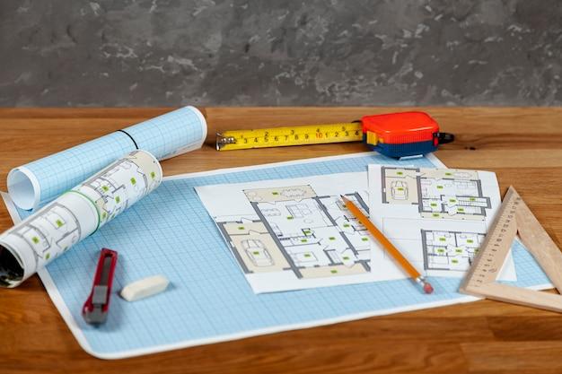 Projet de maison à angle élevé sur une table