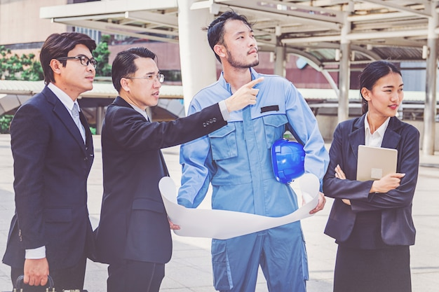 Projet de réunion du chef d'entreprise et d'un ingénieur sur un chantier de construction