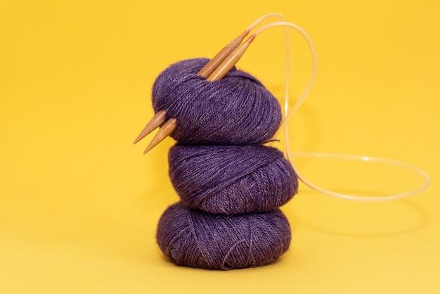 Projet de tricot en cours. un morceau de tricot avec une pelote de laine et des aiguilles à tricoter.