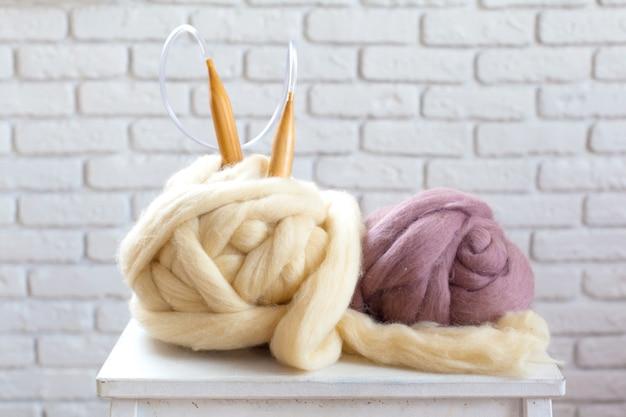 Projet de tricotage incomplet avec des aiguilles en bois