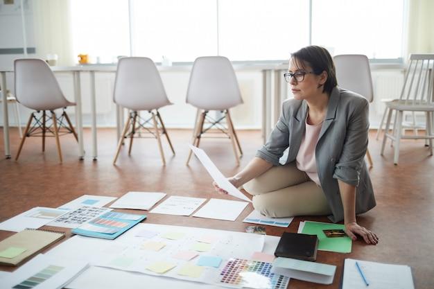 Projets de planification de femme d'affaires sur le sol