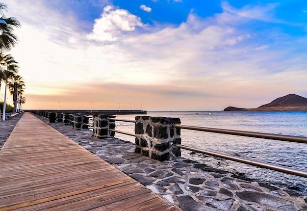 Promenade au bord de la mer sous un beau ciel nuageux dans les îles canaries, espagne