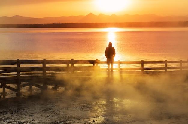 Promenade en bois le long des champs de geyser dans le parc national de yellowstone, usa