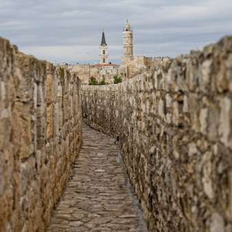 Promenade du mur dans la vieille ville avec la tour de la citadelle du roi david en arrière-plan, jérusalem, israël