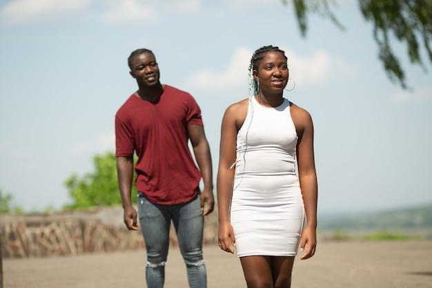 Promenade estivale de jeunes beaux couples africains dans le parc