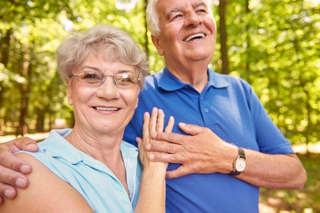 Promenade d'été du couple de personnes âgées