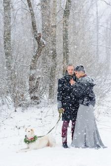 Promenade d'hiver dans une tempête de neige avec un chien
