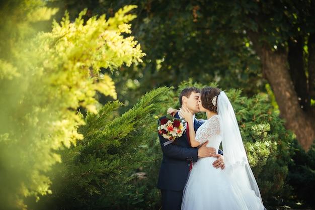 Promenade de mariage sur la nature