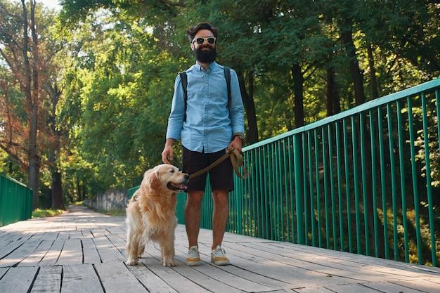 Promenade matinale avec chien.