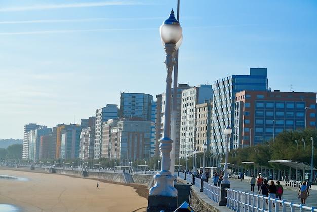 Promenade de la plage de gijon san lorenzo dans les asturies