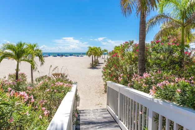 Promenade sur la plage de st pete, floride, états-unis