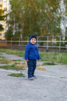 Promenade printanière dans le parc de l'enfant.