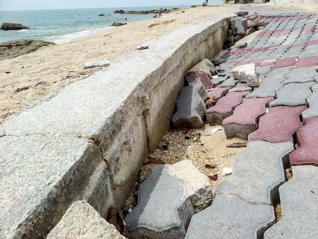 Promenade sur la promenade en bord de mer endommagée par l'onde de tempête