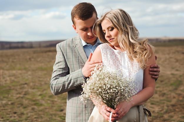 Promenez le beau couple de mariage au printemps