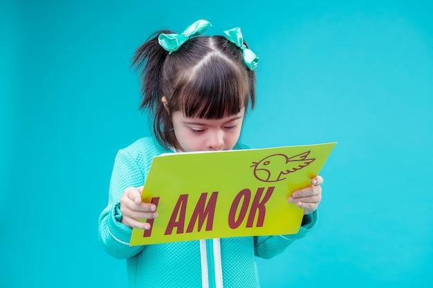 Une promesse importante. petit enfant aux cheveux courts lisant un message sur une grande affiche sur son état de santé